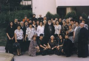 Година 1997. чланице Кола носе помоћ у Републику Српску. На слици: Митрополит дабробосански Николај са чланицама Кола и свештенством (снимљено у Србињу)