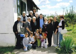 Доњи Адровац - посета породици са осморо деце (помоћ у роби, храни, намештају)